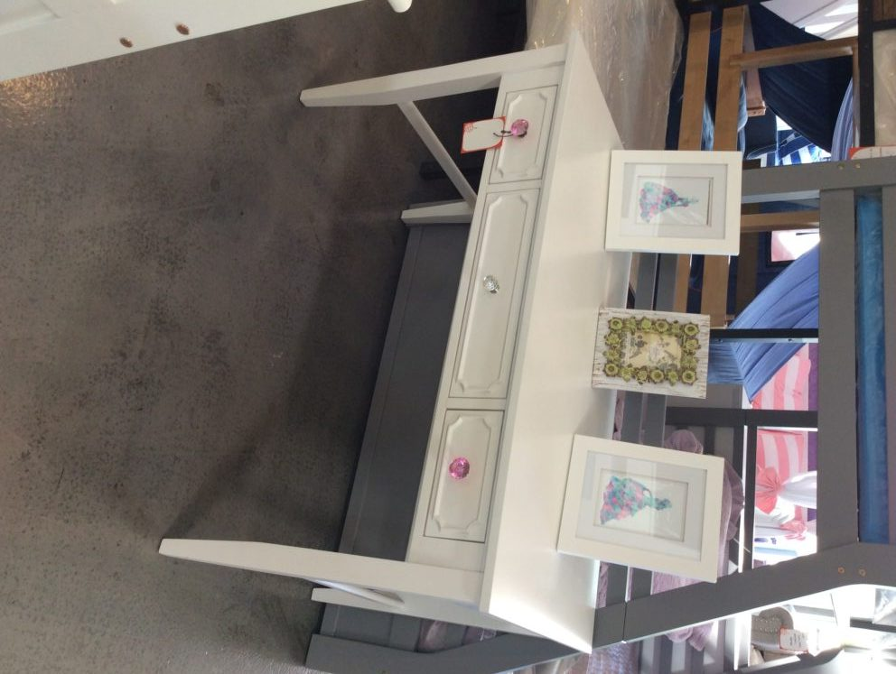 craft student desk in white with pink knobs